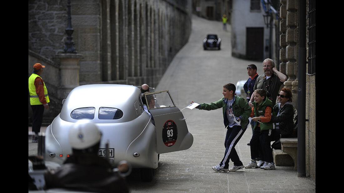 BMW 328 Kamm-Coupé mit offener Tür und einem Kind