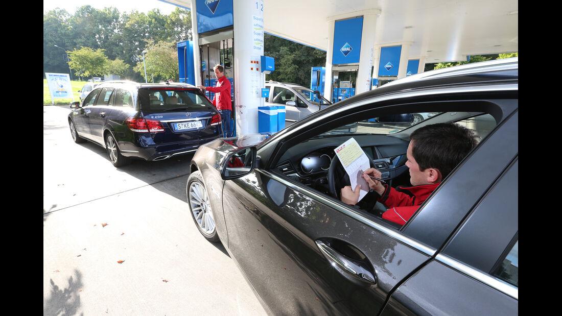 BMW 518d Touring, Mercedes E 200 CDI T, Tankstelle