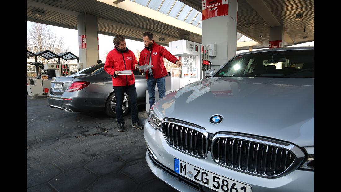 BMW 520d, Mercedes E 220 d, Tankstelle