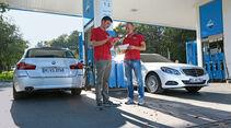 BMW 520d Touring, Mercedes E 220 Bluetec T, Tankstelle