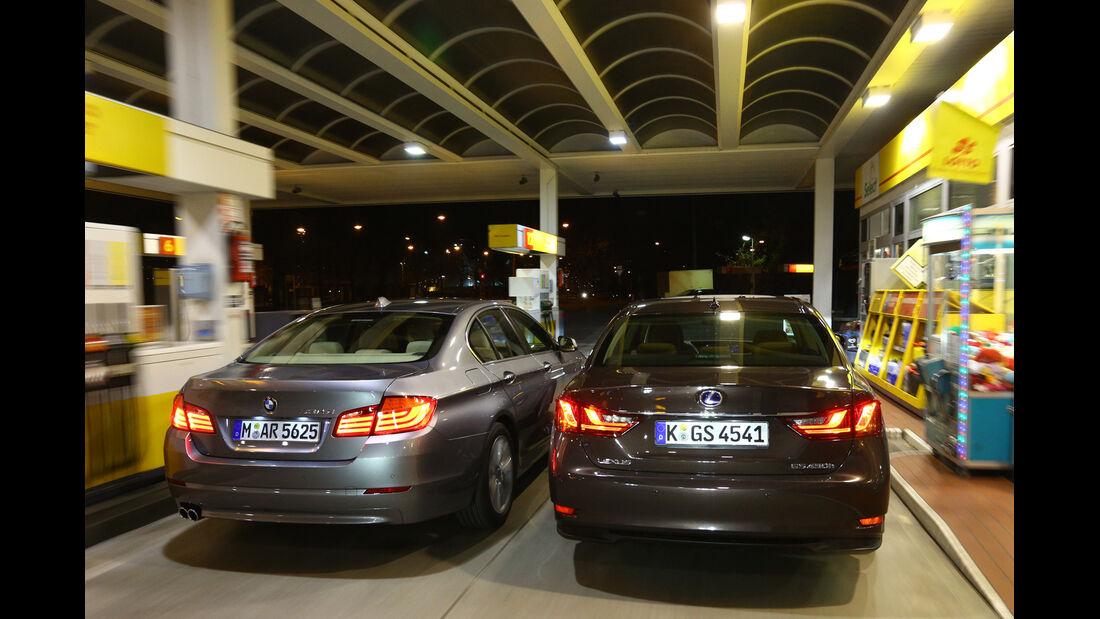 BMW 530, Lexus GS 450h, Heckansicht, Tankstelle