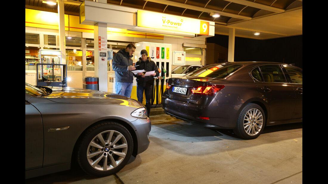 BMW 530, Lexus GS 450h, Seitenansicht, Tankstelle