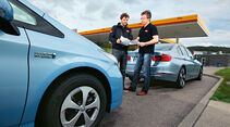BMW Active Hybrid 3, Toyota Prius Plug-in Hybrid, Tankstelle