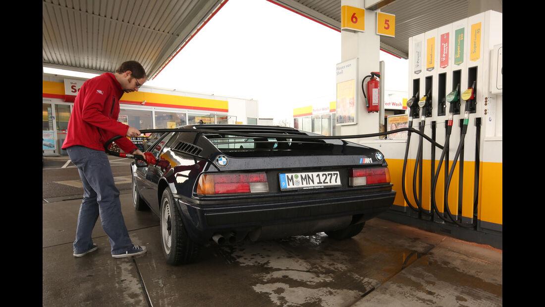 BMW M1, Tankstelle