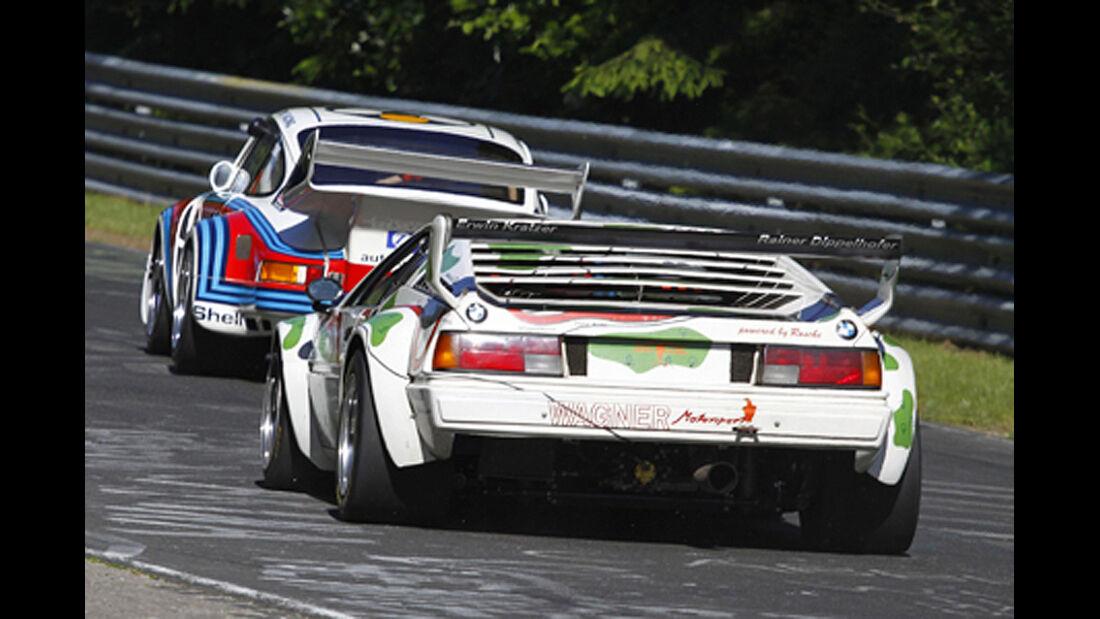 BMW M1 und Porsche auf der Rennstrecke