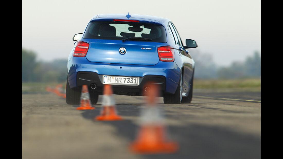 BMW M135i, Heckansicht, Slalom
