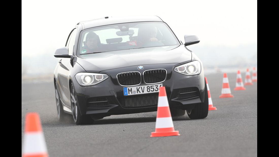 BMW M135i x-Drive, Frontansicht, Slalom