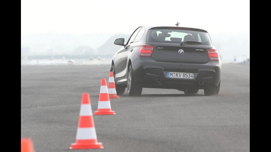 BMW M135i x-Drive, Heckansicht, Slalom