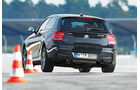BMW M135i xDrive, Heckansicht, Slalom