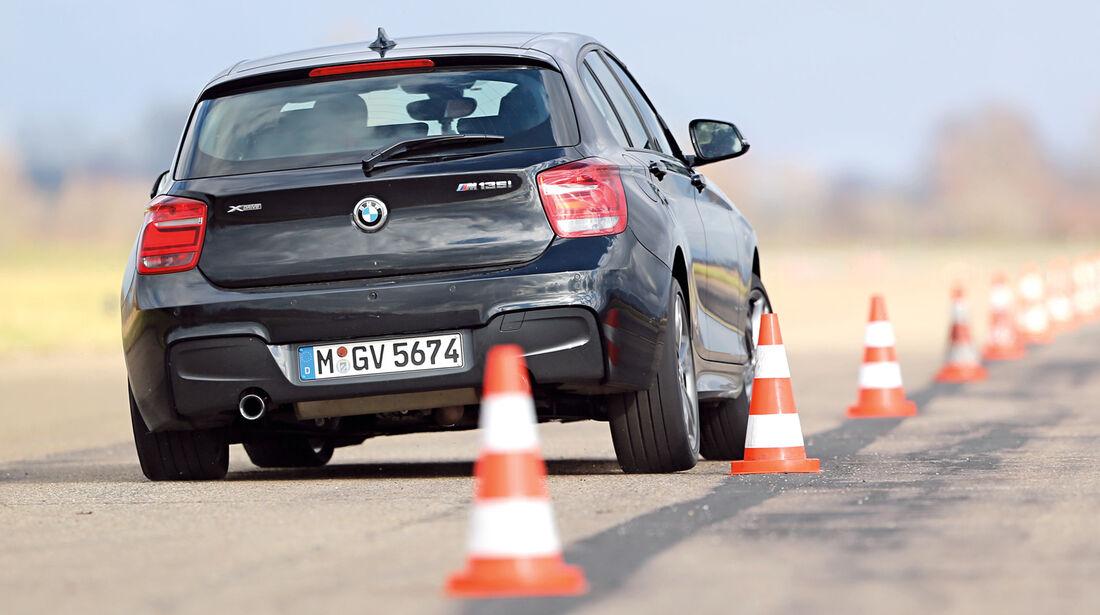 BMW M135i xDrive, Slalom, Heckansicht