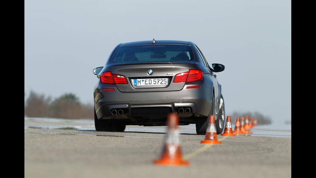 BMW M5, Heckansicht, Slalom