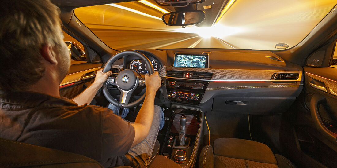 Bmw Weihnachtskalender.Audi Q2 2 0 Tdi Quattro Und Bmw X2 Xdrive18d Im Test Auto Motor