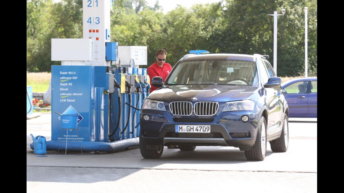 BMW X3 x-Drive 30d, Front, Tankstelle
