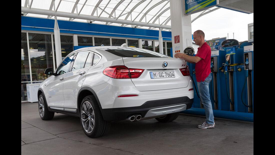 BMW X4 xDrive 35d, Heckansicht, Tankstelle
