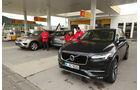 BMW X5, Volvo XC90, VW Touareg, Tankstelle