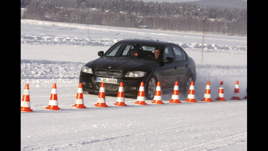 BMW im Schnee, Pylone