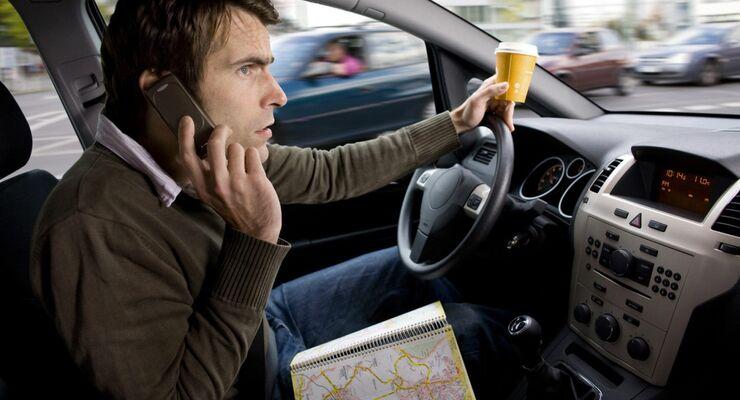 Beim Telefonieren am Steuer drohen 40 Euro und ein Punkt.