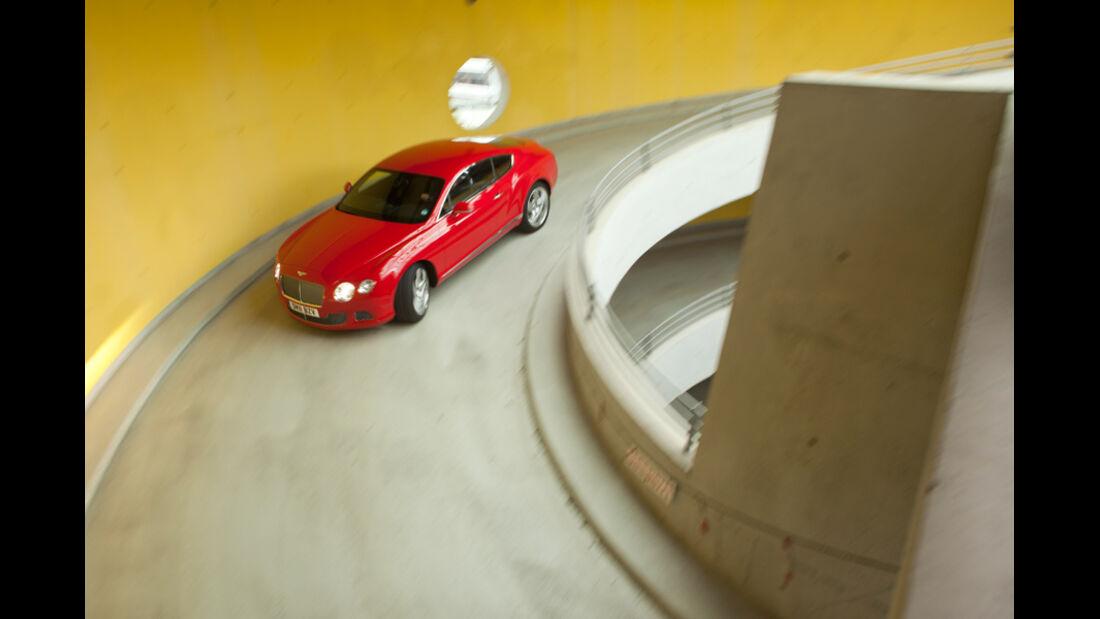 Bentley Continental GT, Kurvenfahrt, Parkhaus, von oben