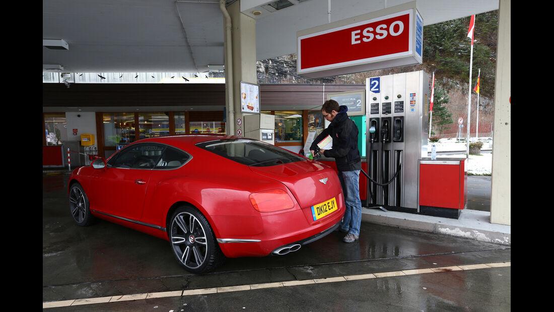 Bentley Continental GT V8, Seitenansicht, Tankstelle