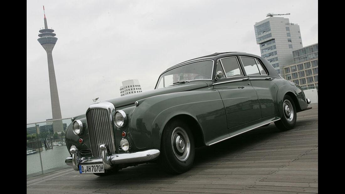 Bentley S1 vor Fernsehturm