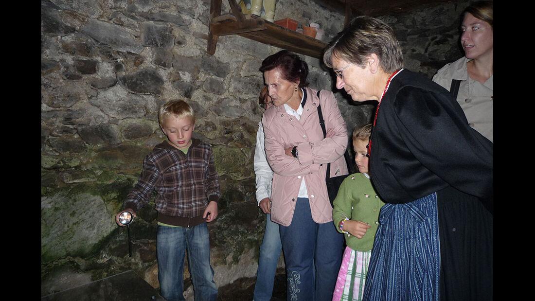 Besuchergruppe im Frühmesshaus auf dem Bartholomäberg