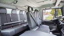 Bis zu sieben Personen können in der Doppelkabine des Unimog U 4023 Platz nehmen. Haltegriffe und Haltestangen sorgen für Halt.