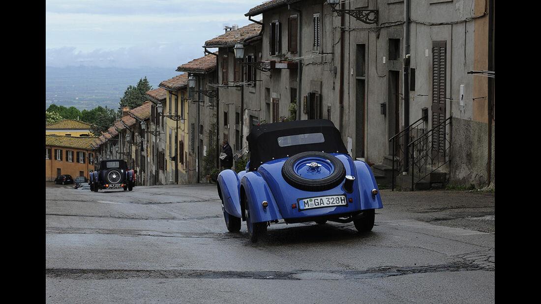 Blauer BMW 328 auf der Mille Miglia