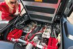 Blondine im Catsuit mit dem V12 des Lamborghini Countach Turbo S - Blick in den Motorraum und den Ausschnitt