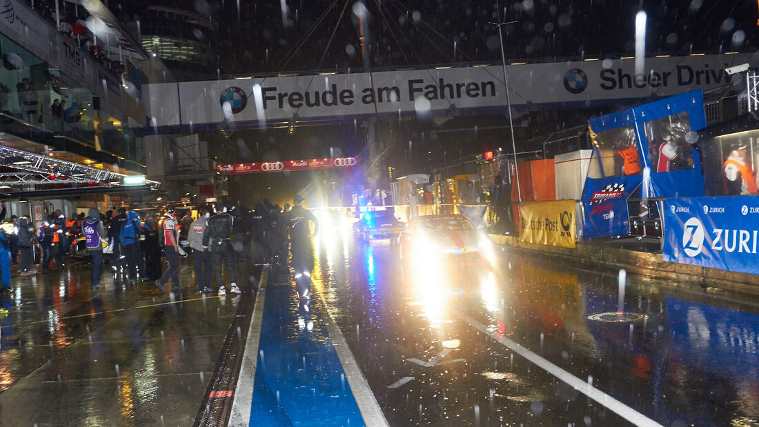 Boxengasse, Nacht, 24h-Rennen Nürburgring 2013