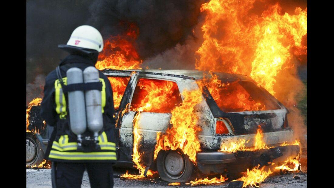Brennendes Auto Feuerwehr