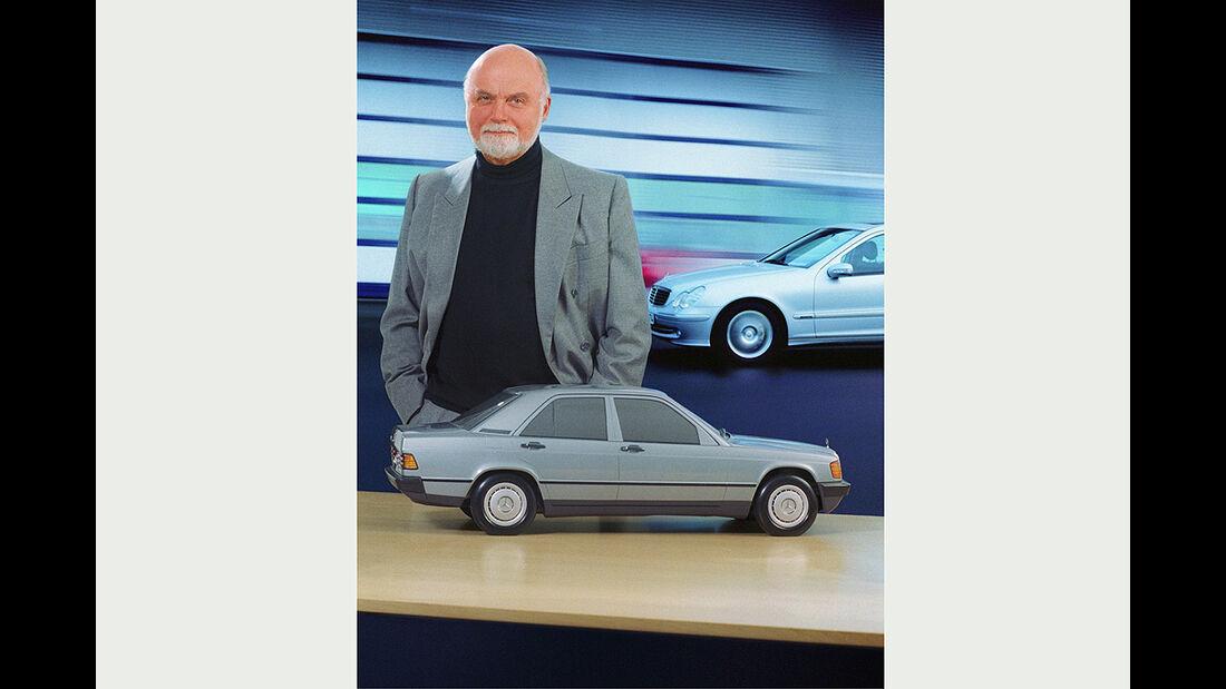 Bruno Sacco vor Modell eines W210