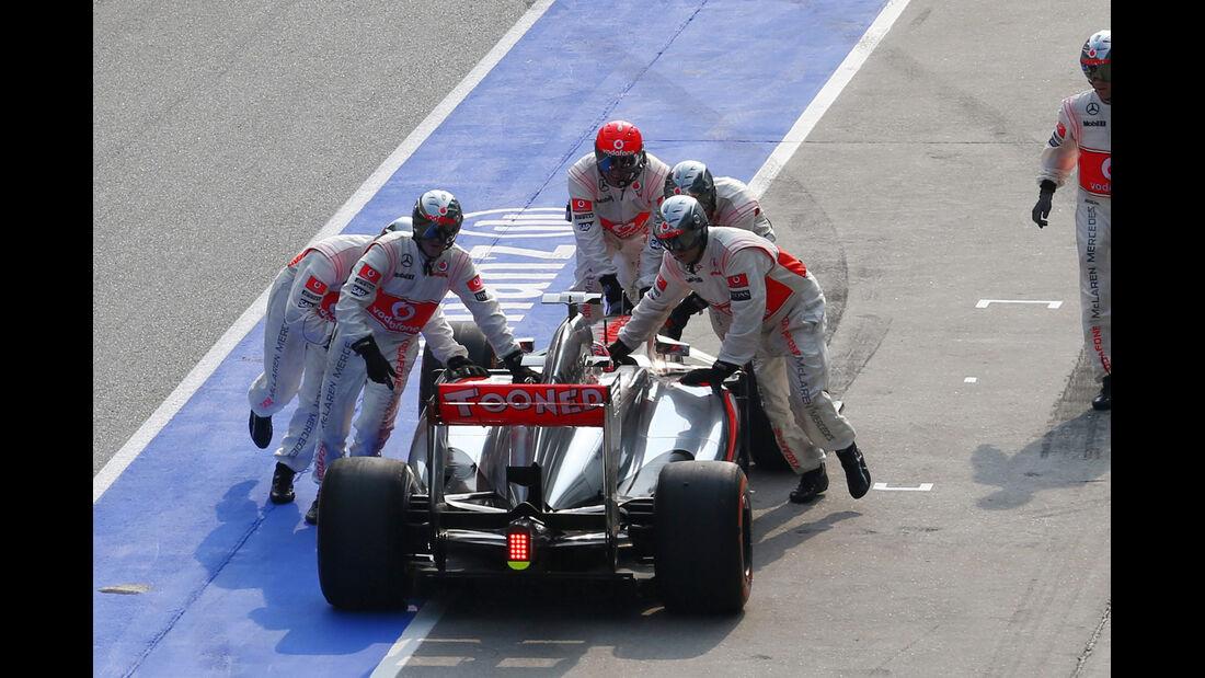 Button GP Malaysia 2013 Boxenstopp