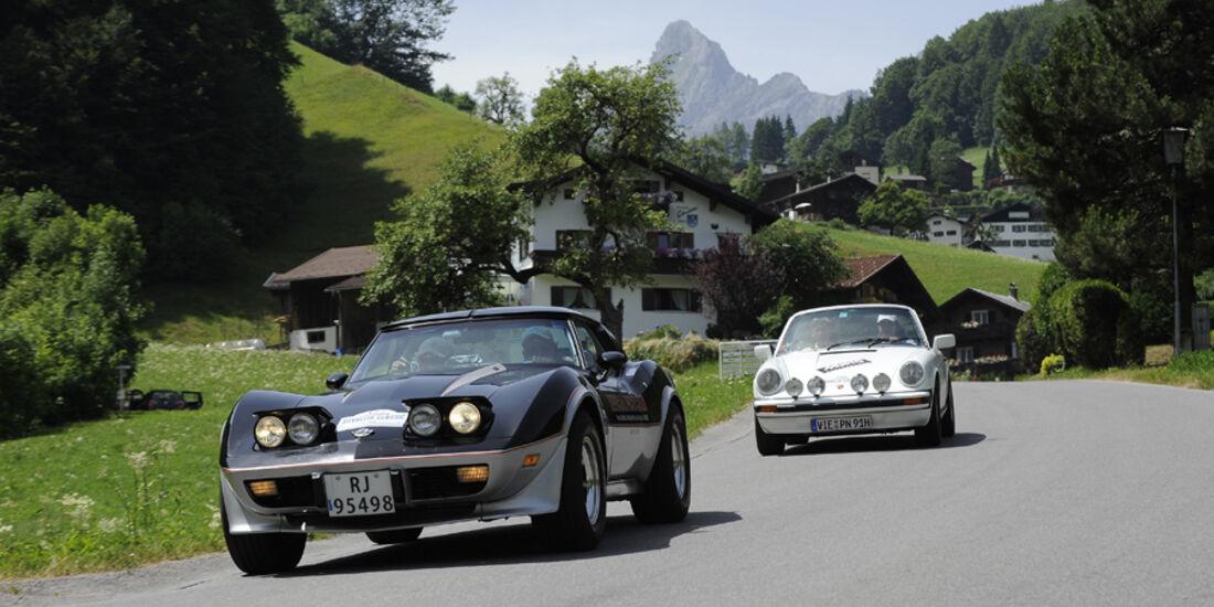 Chevrolet Corvette und Porsche 911 bei der Silvretta Classic 2010