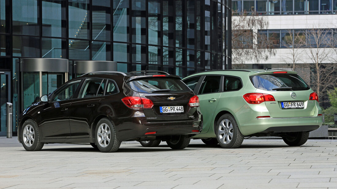 Chevrolet Cruze 1.7 D SW LT+, Opel Astra Sports Tourer 1.7 CDTi Ecoflex Edition, Heckansicht