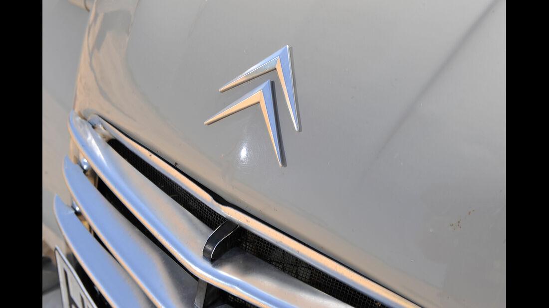 Citroën AK 350, Emblem, Kühlergrill