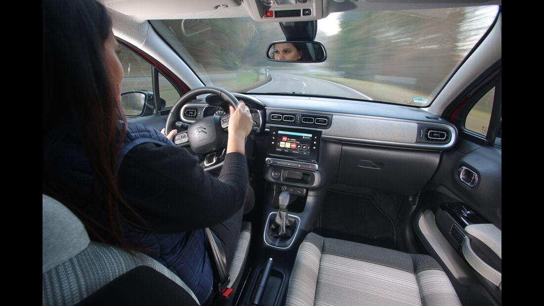 Citroën C3 BlueHDi 100, Fahrersicht, Cockpit