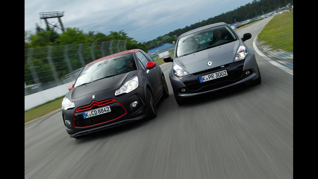 "Citroën DS3 Racing S. Loeb, Renault Clio R.S. ""sport auto Edition"", Frontansicht"