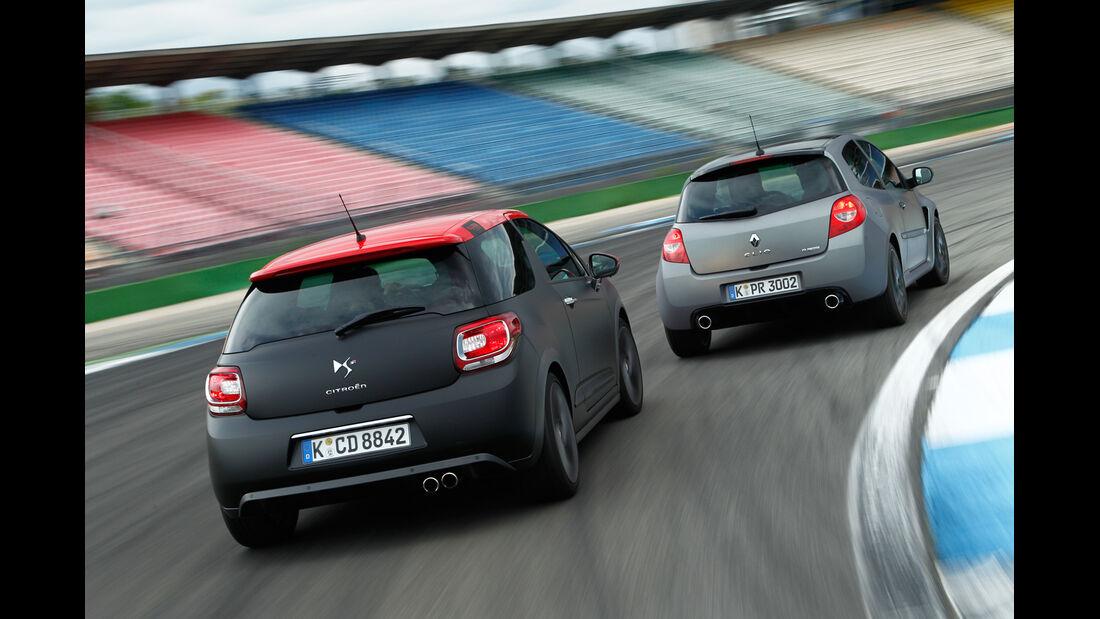 "Citroën DS3 Racing S. Loeb, Renault Clio R.S. ""sport auto Edition"", Heckansicht"