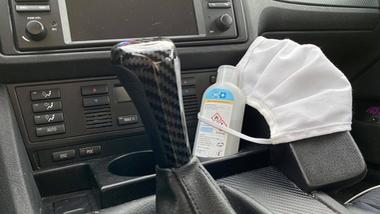 Corona-Maske im Auto