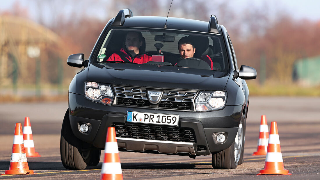 Dacia Duster dCi 110 4x4, Frontansicht, Slalom