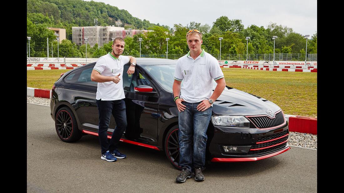 Die Azubis Daniel (links) und Jakub (rechts, beide 18) aus dem Skoda-Team: Daniel ist für die Vermarktung des Showcars zuständig, Jakub kümmerte sich um Accessoires