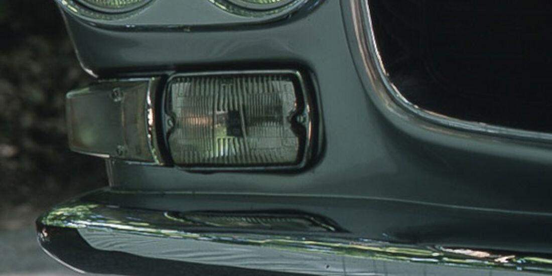 Doppelscheinwerfer eines Maserati 4000 GTI Sebring