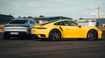 Drag Race Porsche 911 Turbo S Taycan Turbo S