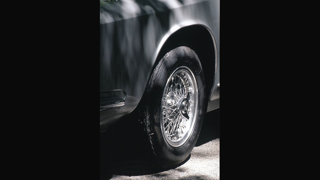 Drahtspeichenfelge eines Maserati 4000 GTI Sebring