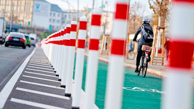 Durch biegsame Poller geschützter Radfahrstreifen in der Holzmarktstraße in Berlin Mitte Am Ende d