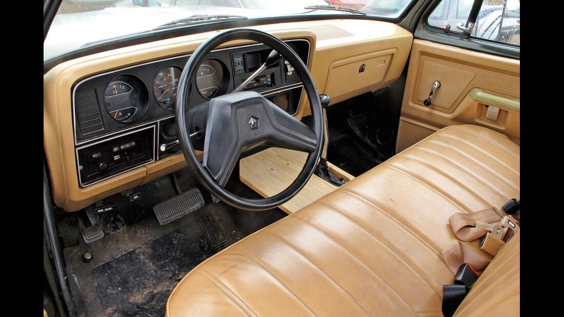 Einkaufs-Tour, Dodge W 250, Army-Pick-up, Cockpit