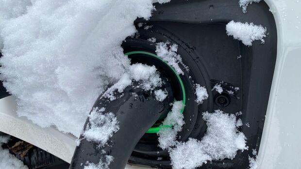 Elektroauto Ladestecker Schnee Winter
