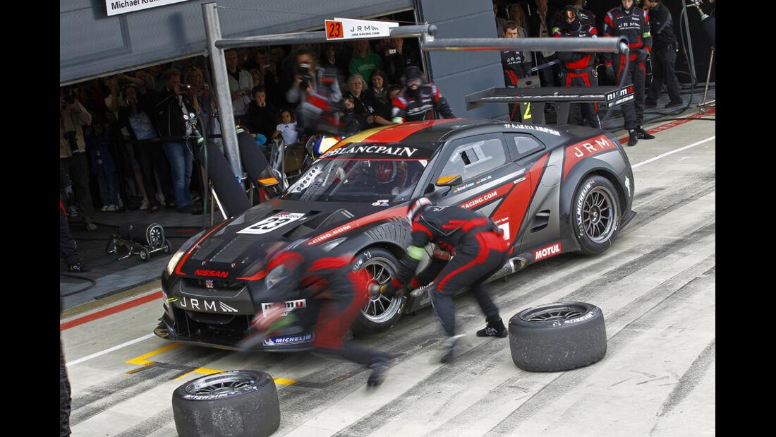FIA GT-WM, Nissan GT-R, Boxenstopp