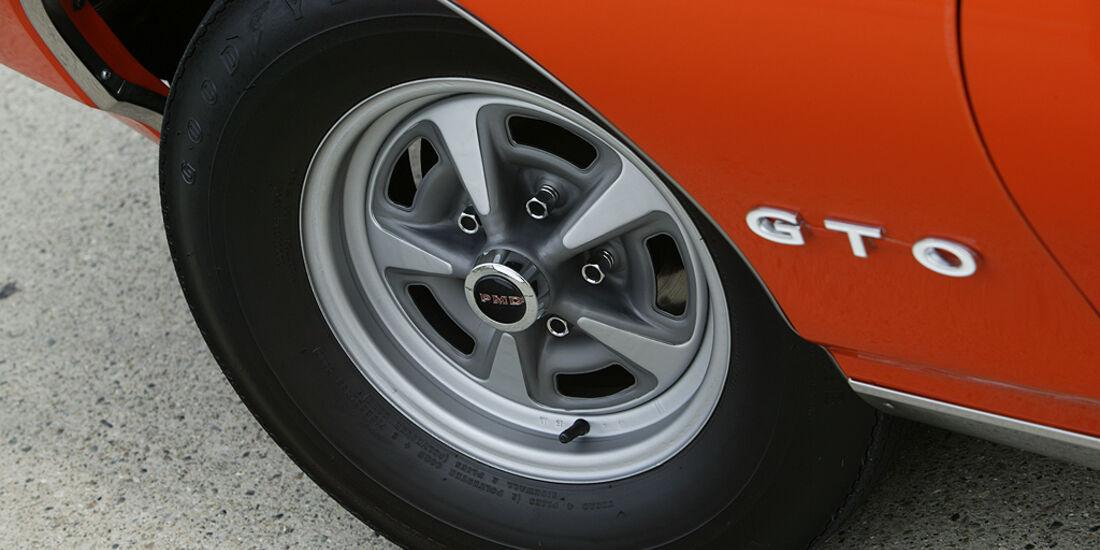 Felge eines orangenen Pontiac GTO