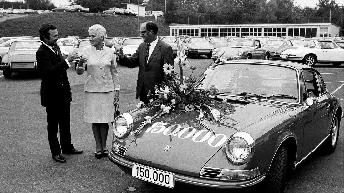 Ferdinand-Alexander Porsche übergibt 150.000sten Porsche an Ehepaar Nurse